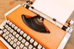 在打字机的亲爱的圣诞老人 免版税库存照片