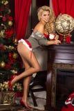 愉快的白肤金发的妇女,圣诞节时间 免版税库存照片