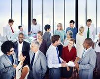 不同种族的小组商人在办公室 库存图片