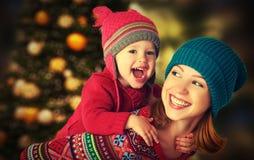愉快的家庭使用在圣诞节的冬天的母亲和小女儿 库存照片