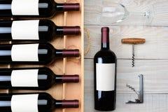 酒瓶盒和葡萄酒杯 图库摄影