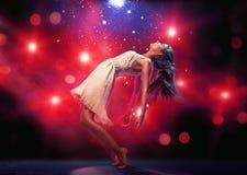 在舞池上的灵活的跳芭蕾舞者 库存图片