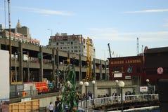 有高架桥的西雅图江边在防波堤建筑时 免版税图库摄影