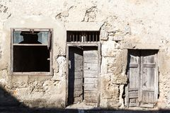 老葡萄酒绿色木门和窗口 库存照片