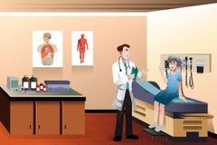 诊所的医生患者 免版税库存图片