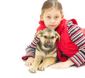 маленькая девочка в красном жилете и щенке на a Стоковое Изображение