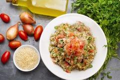 可口素食奎奴亚藜沙拉用荷兰芹、蕃茄和葱 免版税库存图片