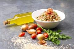 可口素食奎奴亚藜沙拉用荷兰芹、蕃茄和葱 免版税图库摄影