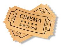 Δώστε των αναδρομικών εισιτηρίων κινηματογράφων στο άσπρο υπόβαθρο Στοκ φωτογραφία με δικαίωμα ελεύθερης χρήσης