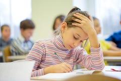 小组学校在教室哄骗文字测试 免版税图库摄影