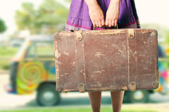 带着老手提箱的嬉皮女孩 免版税库存图片