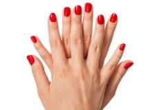 Женщина с красивыми деланными маникюр красными ногтями Стоковое Фото