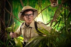 积极的冒险家探索的密林 库存照片