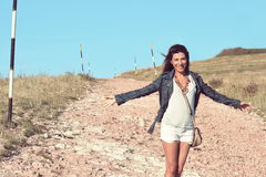 在街道上的女孩在山的一个大风天 库存图片