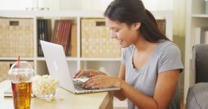 青少年使用膝上型计算机和微笑 免版税库存照片