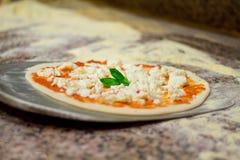 Τεθειμένος στη λεπίδα η ιταλική πίτσα Στοκ φωτογραφία με δικαίωμα ελεύθερης χρήσης