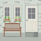 Ξύλινη έδρα με το φυτό γλαστρών και το υπόβαθρο τούβλου Στοκ εικόνα με δικαίωμα ελεύθερης χρήσης