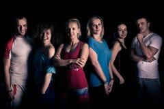 配合概念 健身锻炼队刺激 小组在健身房的运动健康成人 团结的健身和有氧教练员 库存图片