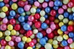 五颜六色的甜糖成珠状装饰背景 免版税库存照片