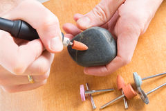 与转台式多工具的切开的和擦亮的石头 免版税库存图片