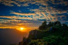 在日落的山顶十字架 免版税库存照片