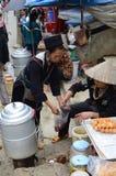 地方越南妇女在市场上 图库摄影