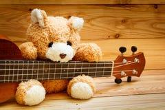 Гавайская гитара на деревянной предпосылке Стоковые Фотографии RF