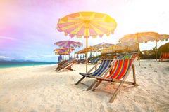 热带五颜六色的海岛的遮阳伞 库存照片