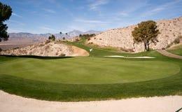 沙子地堡高尔夫球场棕榈泉垂直的沙漠山 免版税库存照片