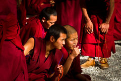 色拉寺辩论的修士手表在拉萨西藏 免版税库存照片