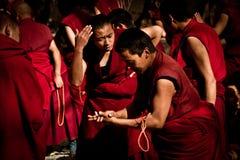 Монахи Лхаса Тибет монастыря сывороток сильные дебатируя Стоковые Изображения RF