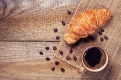 咖啡和新月形面包早餐 库存照片