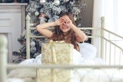 圣诞节森林上了凸边早晨多雪的线索宽冬天 免版税库存照片