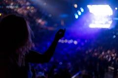 在摇滚乐音乐会的女孩跳舞 免版税库存图片