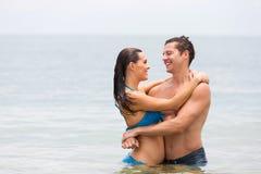 夫妇拥抱海洋 库存图片