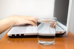 Υγιές ποτό στην εργασία Στοκ Φωτογραφίες