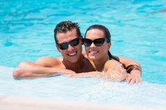 夫妇松弛游泳池 免版税图库摄影