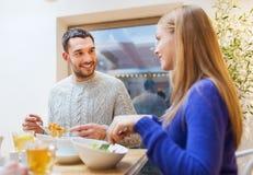 愉快的夫妇会议和有晚餐在咖啡馆 图库摄影