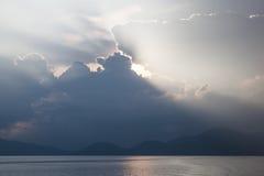 云彩和光在海洋 免版税图库摄影