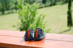 ζευγάρι των παπουτσιών μωρών τζιν για τα πόδια μικρών παιδιών Στοκ Φωτογραφίες