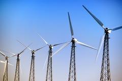 在风力场的风轮机 图库摄影