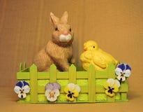 兔宝宝复活节草甸场面 库存图片