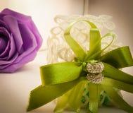 紫罗兰色和绿色婚礼 免版税库存照片