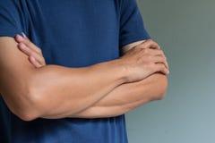человек пересеченный рукоятками Стоковое фото RF