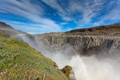 黛提瀑布瀑布在冰岛在蓝色夏天天空下 免版税库存照片