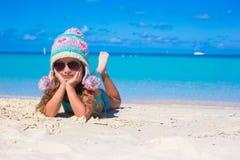 微笑的小女孩画象享受夏天 免版税库存照片