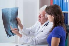 Изображение доктора и рентгеновского снимка Стоковые Фото