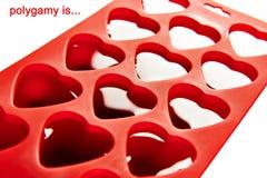 一夫多妻的标志 心脏的冰形式的红色容器 免版税库存照片