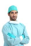阿拉伯摆在站立与被交叉的双臂的外科医生严肃的医生 免版税库存照片