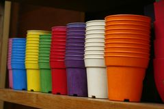 Цветочные горшки - пластичные цветочные горшки Стоковое Изображение